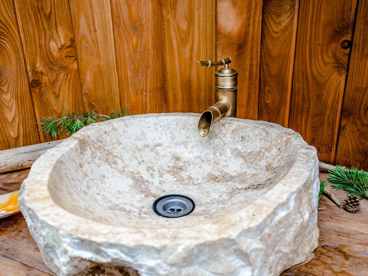 Salle de bain avec lavabo en pierre