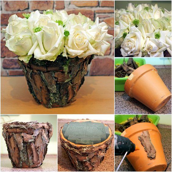 Un vase en terre cuite recouvert d'écorce d'arbre.