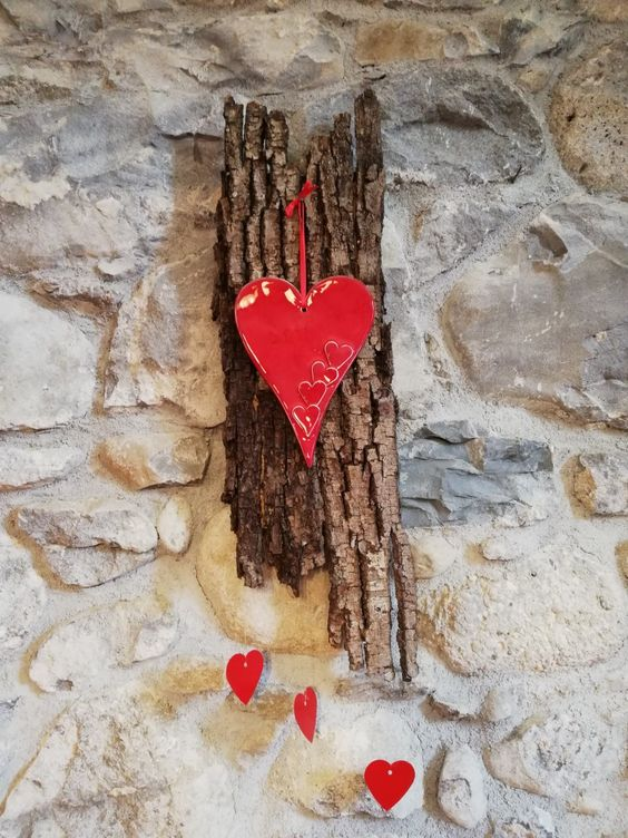 Décoration DIY à accrocher au mur avec écorce d'arbre et petit coeur.