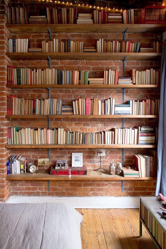 Bibliothèques esprit rustique en brique et étagères en bois.