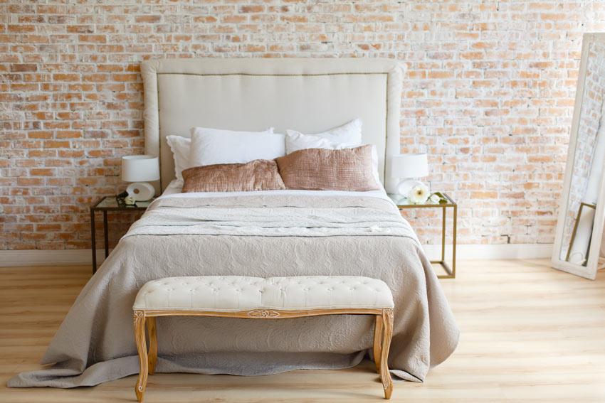 Chambre à coucher avec mur en briques rouge.