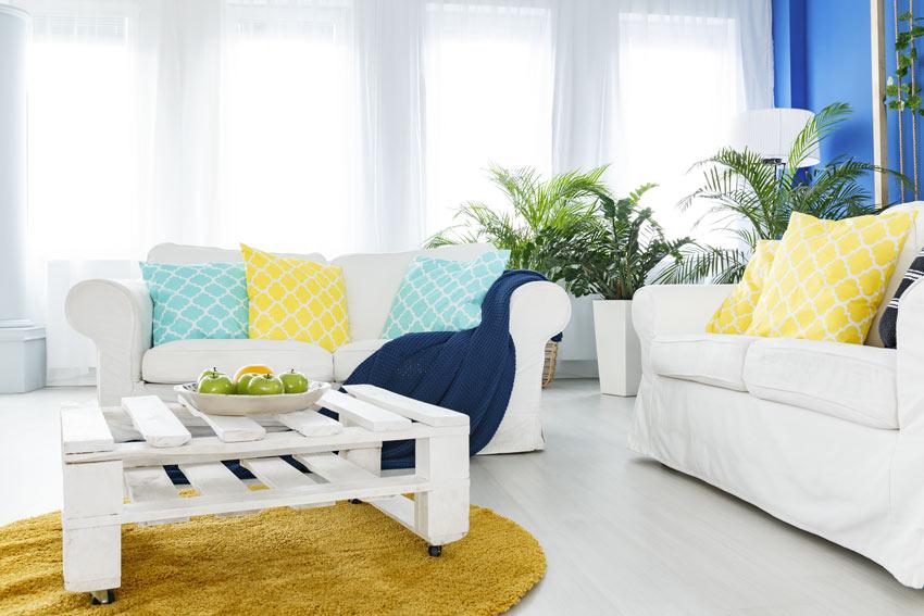 Séjour moderne et lumineux avec table basse blanche réalisée avec des palettes de bois.