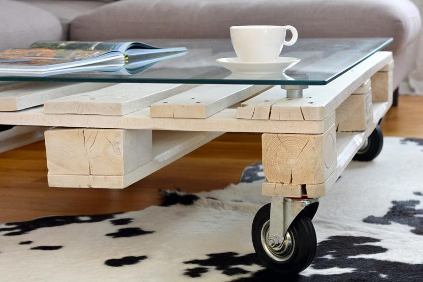 Table basse en bois avec une planche en verre.