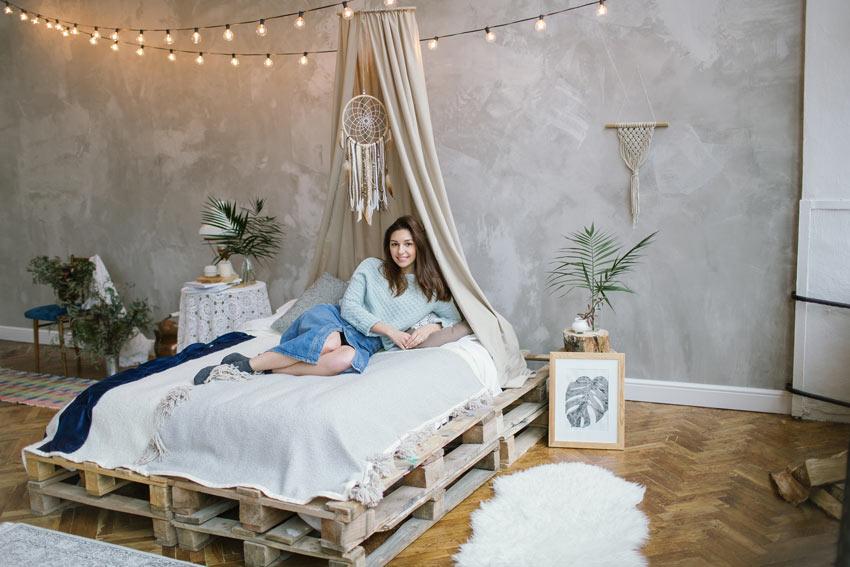 Chambre jeune avec lit en palettes.