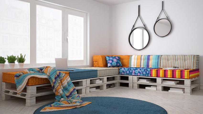 Grand canapé d'angle réalisé en palettes.