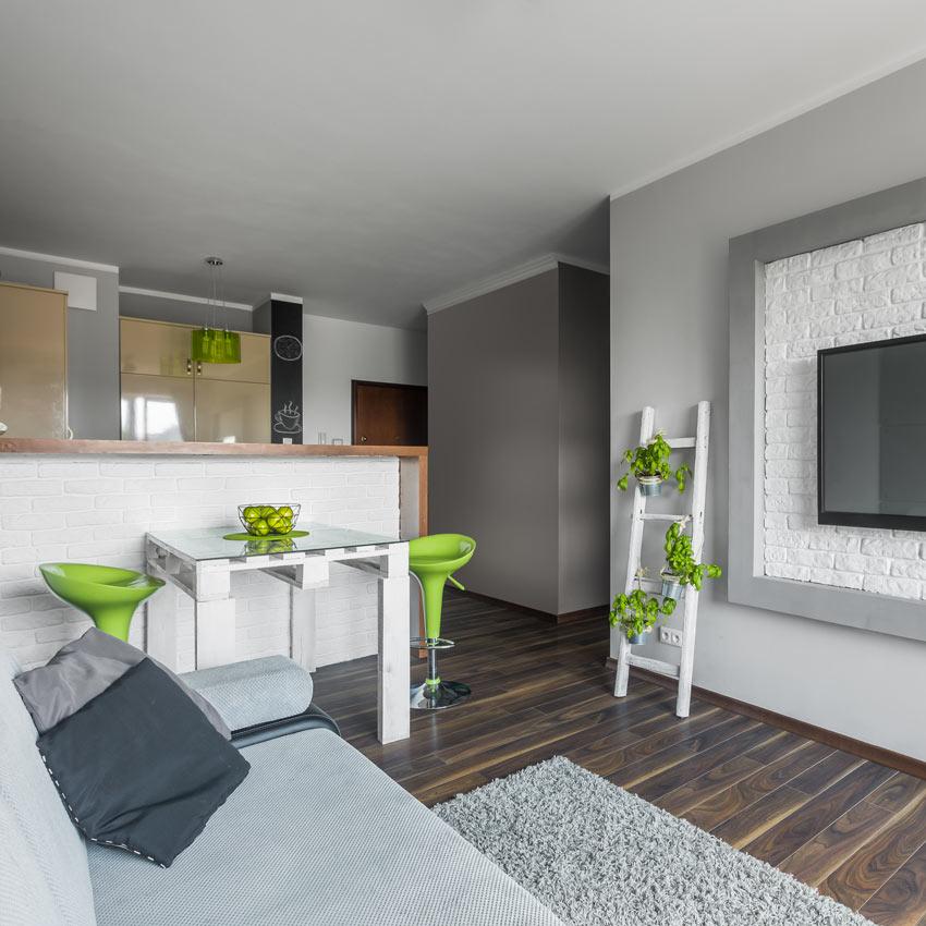 Séjour open space avec cuisine et table haute réalisée avec des palettes.