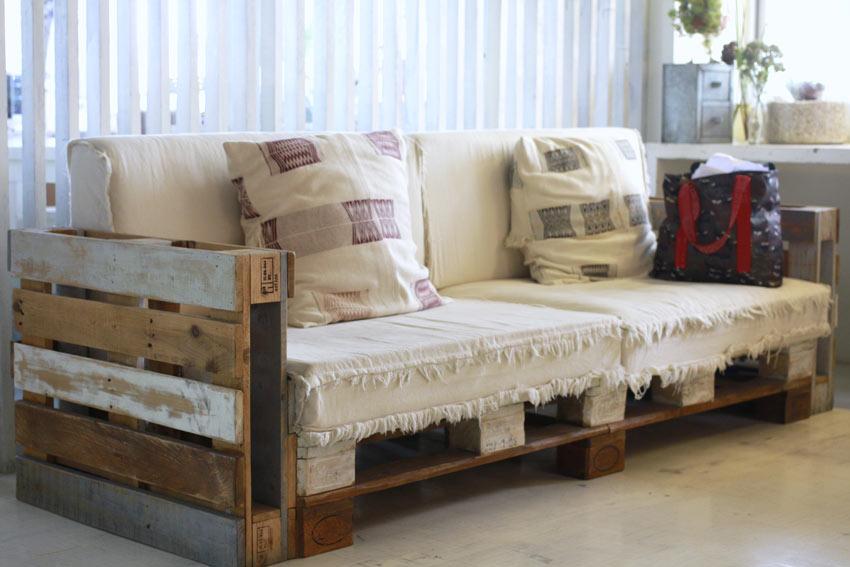 Canapé style vintage DIY avec des palettes de bois.