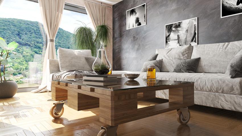 Séjour avec une table basse en palette.